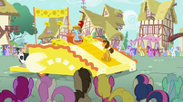 Cheese singing the Smile Song to Rainbow S4E12