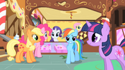 Rainbow Dash smiling in Sugarcube Corner S1E23.png