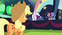 Applejack approaches Rara again S5E24