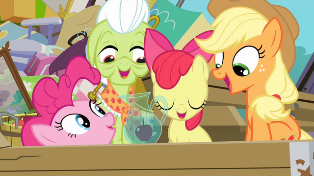 File:Pinkie with an apple in water S4E09.png