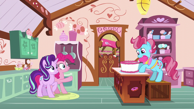 File:Mrs. Cake frosting a cake S6E6.png