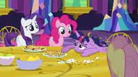 Twilight's friends offer to help decorate S5E3