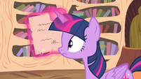 Twilight reading a letter S4E11