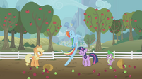 Weird Rainbow Dash leg stretch S1E3