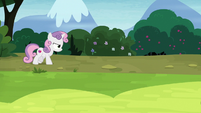 Sweetie Belle angrily walking down a road S7E6
