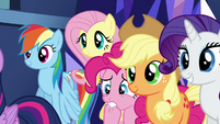 Twilight's friends listening to Cadance S5E19