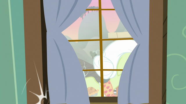 File:Granny Smith leaving the house S7E13.png