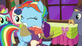 Snowdash opens her gift S06E08.png