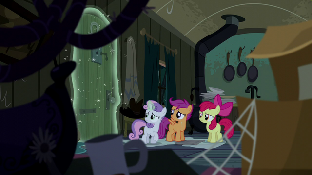 File:Sweetie Belle closes the door with magic S5E6.png