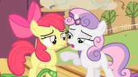 Sweetie Belle points to the left S4E05