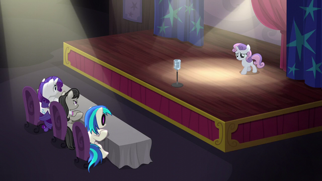 File:Sweetie Belle on stage S5E4.png