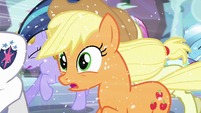Applejack notices somepony S6E2