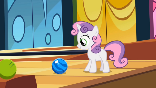 File:Sweetie Belle Bowling 1 S2E6.png