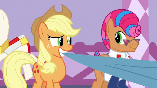 File:Applejack and Starstreak smiling together S7E9.png