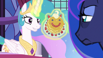 Princess Celestia offers pancakes to Luna S7E10
