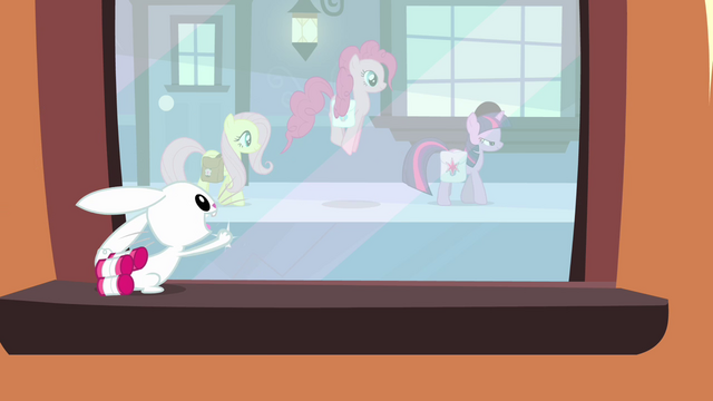 File:Angel tries to get Twilight and her friends' attention S03E11.png