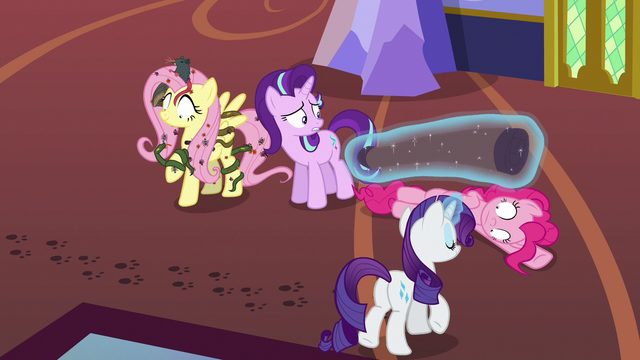 File:Starlight Glimmer surrounded by hypnotized chaos S6E21.png