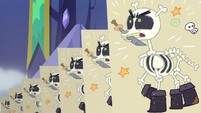 Skeleton puppets charge from the right S6E17