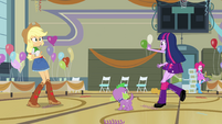 Twilight bids goodbye to Applejack and Pinkie EG