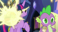 Flurry Heart teleports off of Twilight's back S7E3