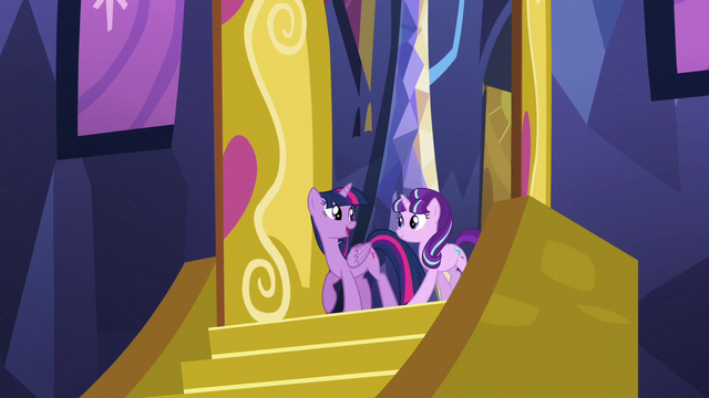 File:Twilight looks at Starlight at the castle entrance S5E26.png