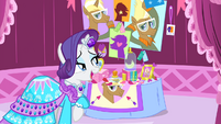 Rarity looking at Trenderhoof photos S4E13