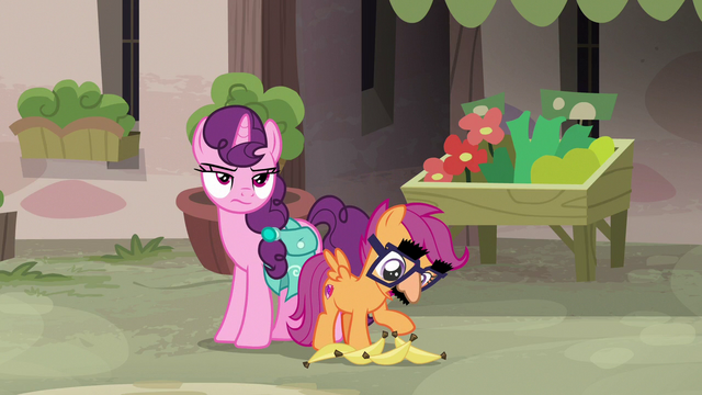 File:Disguised Scootaloo offers to help Sugar Belle S7E8.png