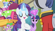 Rarity presents a gem to the bellhop S4E08.png