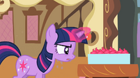 Twilight looking at cupcakes S2E03
