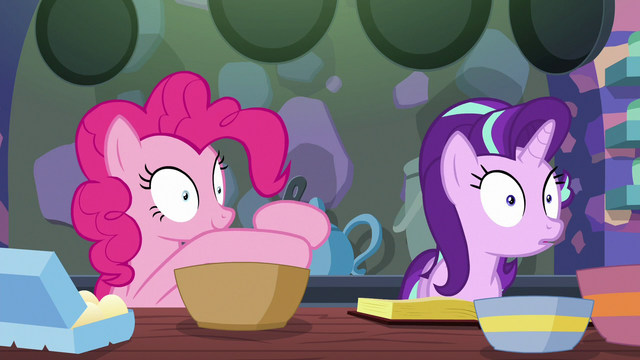 File:Pinkie Pie mixing the batter S6E21.png