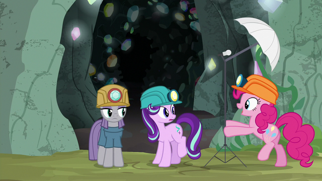File:Pinkie Pie sets up a photo light stand S7E4.png