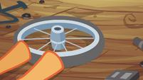 Scootaloo pushes the wheel S4E15