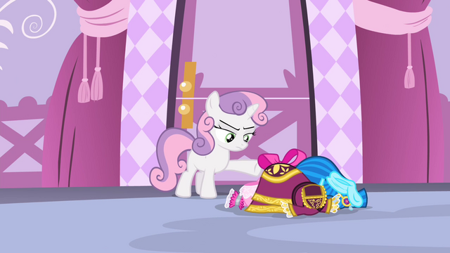 File:Sweetie with the dresses S4E19.png