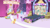 Applejack enters boutique S4E13