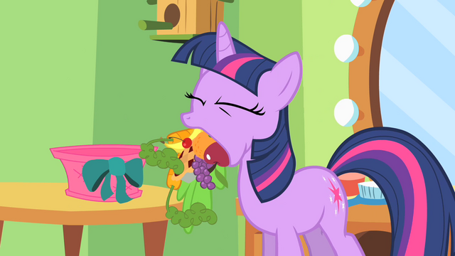 File:Twilight is hungry, and also keeping a secret S1E20.png