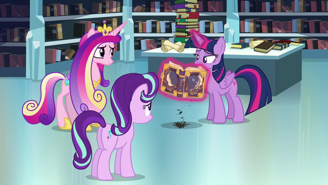 File:Twilight flipping through the tome S6E2.png