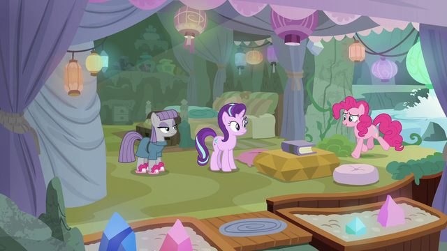File:Pinkie realizes she's going the wrong way S7E4.png