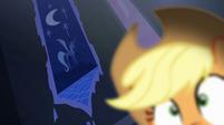 Luna tapestry behind Applejack S4E03