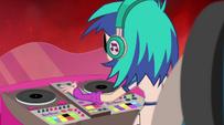 DJ Pon-3 turning up the volume EG2