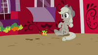 Applejack sees Twilight S2E02