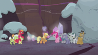 Applejack facing the Pie family S5E20