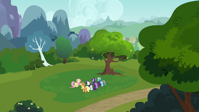 File:Fluttershy addressing her friends S4E16.png