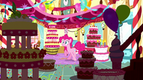 Pinkie surrounded by dream cakes S5E13