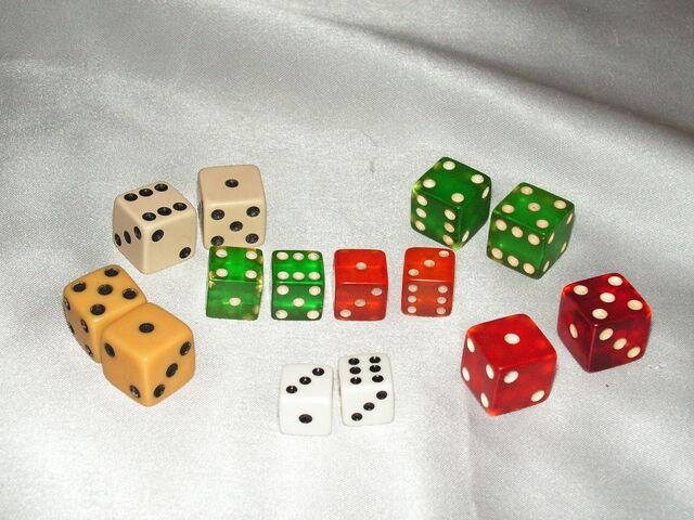 File:Monopoly dice - 1940s through 1950s.jpg