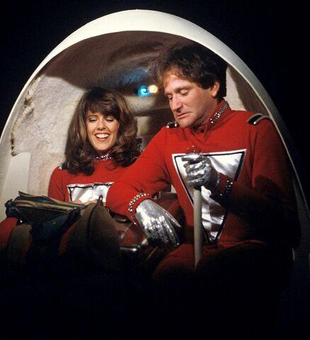 File:Mork and Mindy The Honeymoon Pam Dawber Robin Williams.jpg