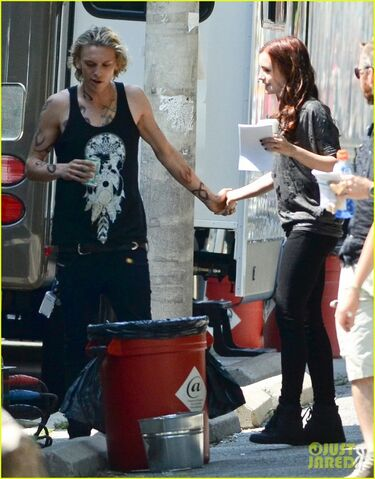 File:Lily-collins-jamie-campbell-bower-kiss-on-set-03.jpg