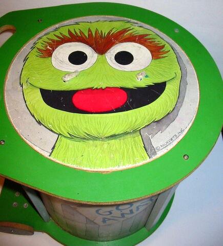 File:American toy 1982 chest oscar trash can 2.jpg