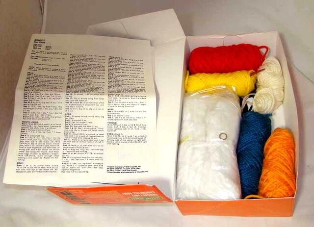 File:Vogart crochet kit ernie 1979b.jpg