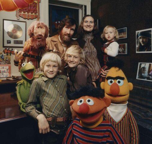 File:Hensonfamilymuppets70s.jpg