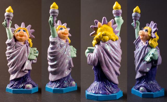 File:PVCs DisneyParks - Piggy Statue Liberty.jpg